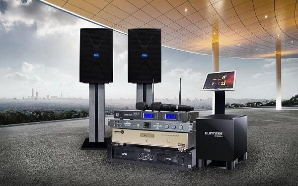 Dàn âm thanh hội trường giá rẻ gồm các thiết bị đầu vào, thiết bị xử lý và loa đầu ra