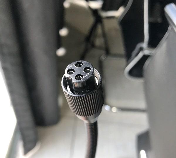 Khi cắm cần vào đế cần chú ý đến rãnh của cần mic